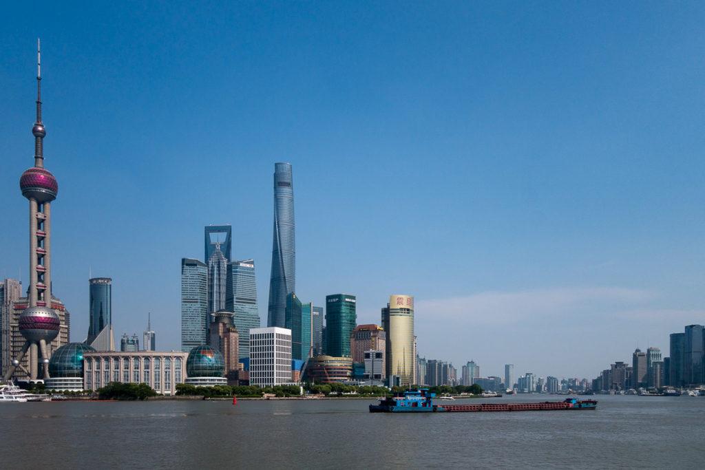 Die Shanghai Skyline und der Huangpu River