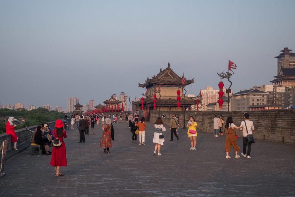 Touristen tummeln sich auf der Stadtmauer von Xi'an