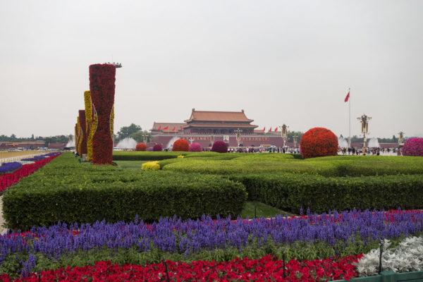 Gärten auf der Seite des Tian'anmen Platzes, im Hintergrund der Eingang zur Verbotenen Stadt