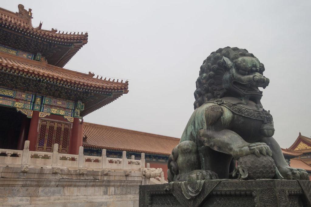 Ein Qin vor einem der fast 1000 Gebäuden in der Verbotenen Stadt