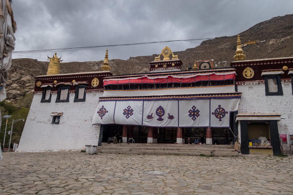 Die Versammlungshalle von aussen im Sera Kloster