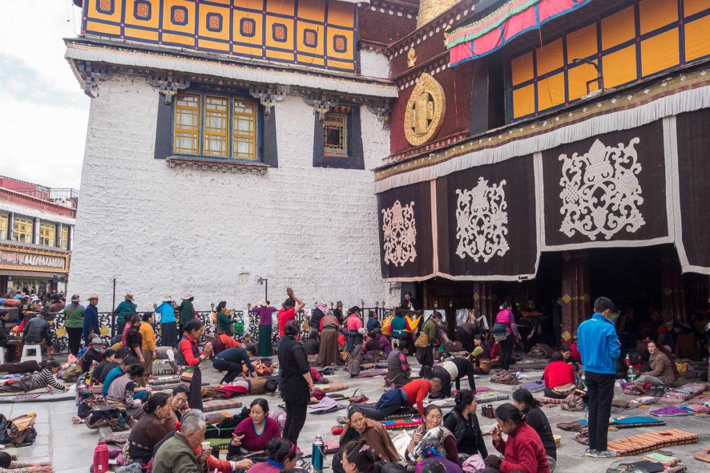 Pilger innerhalb vom Jokhang Tempel