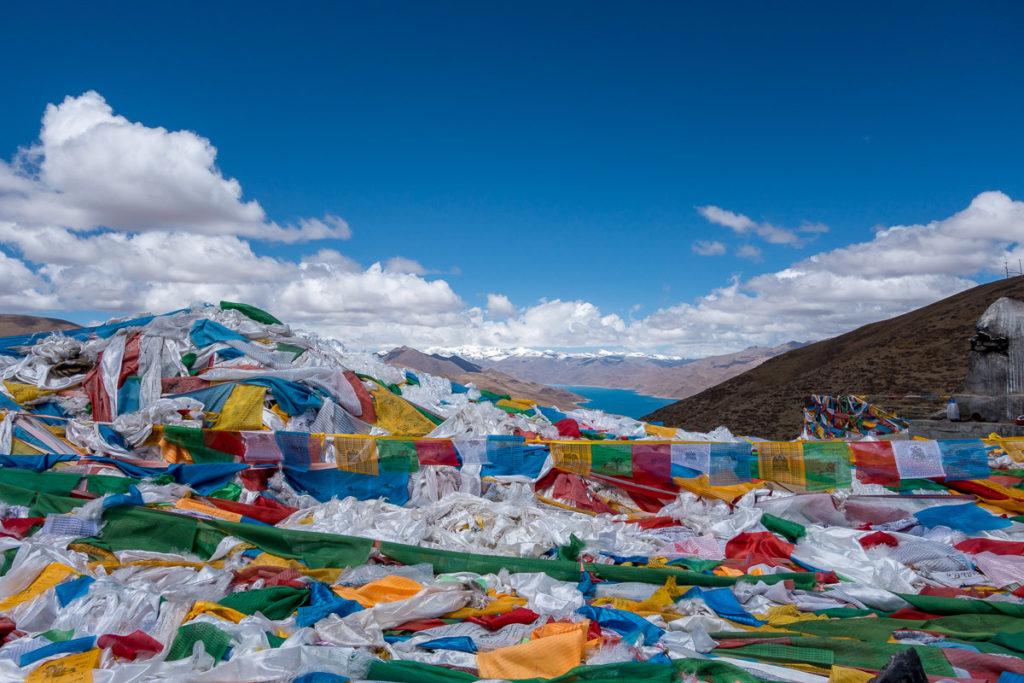 Berge von Gebetsfahnen auf dem Kamba La Pass