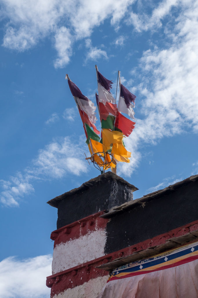 Gebetsfahnen auf dem Dach eines Hauses
