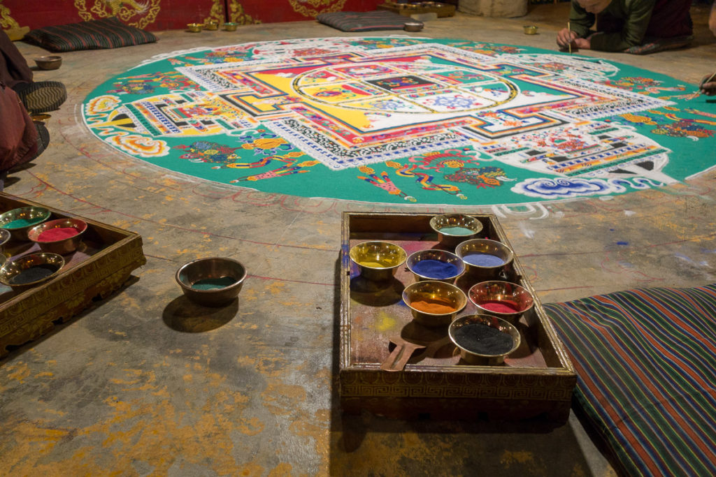 Das Mandala entsteht aus Farbigem Sand