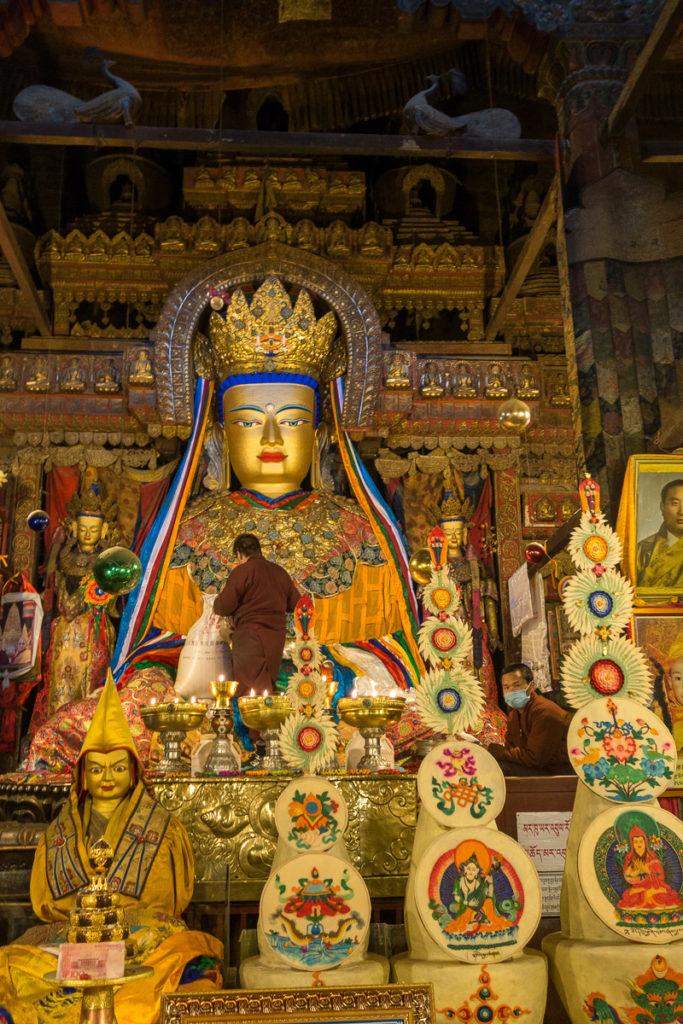 Buddha Statue. Der Mönch in der Mitte dient als Grössenreferenz.
