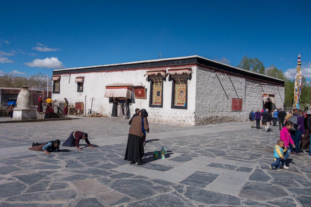 Pilger im Kloster von Gyantse