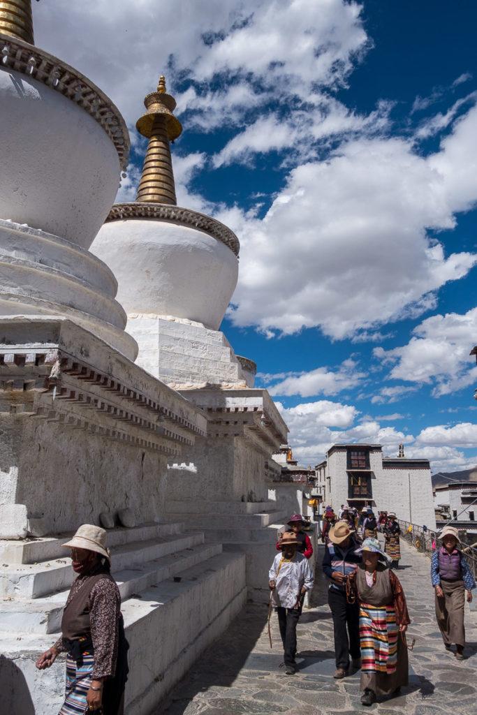 Stupas mit Pilger während der Kora im Kloster Shigatse