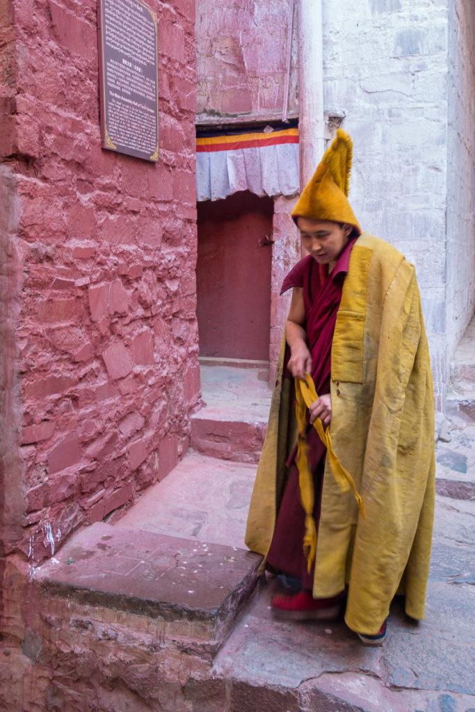 Ein junger Mönch kommt zum Gebet
