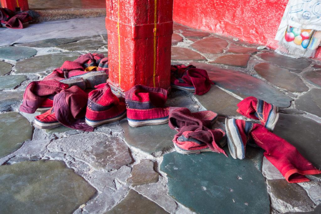 Schuhe sind nicht erlaubt in der Versammlungshalle, auch nicht für Mönche