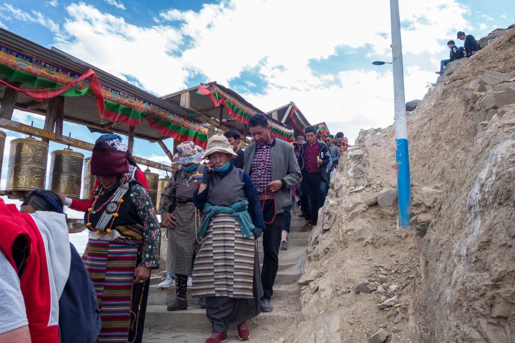 Pilger während der Kora rund ums Kloster Shigatse