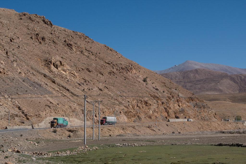 Viele Lastwagen sind unterwegs in der kargen Landschaft