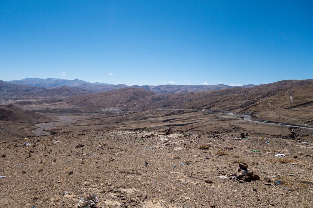 Die Reise geht durch sehr karge Landschaft