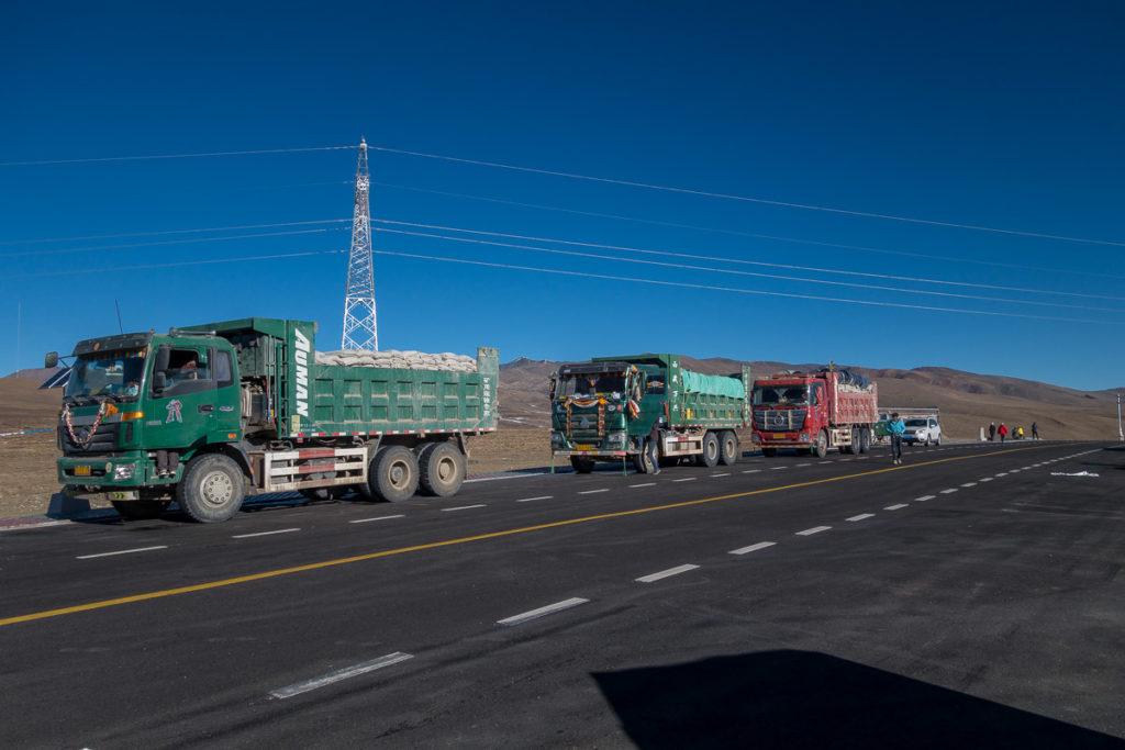 Lastwagen während einer Pause auf dem Gyatso La Pass