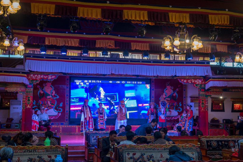 Auftritt von einer Theatergruppe im Restaurant in Shigatse