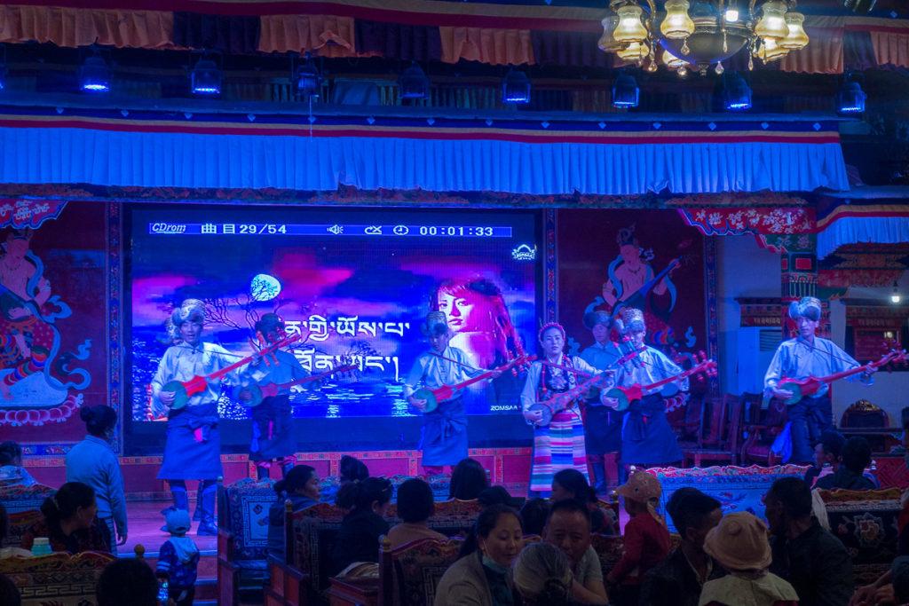 Auftritt einer traditionellen Band im Restaurant in Shigatse