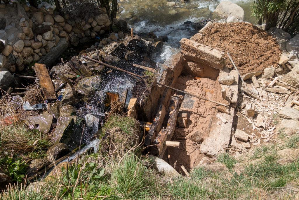 Das Wasserrad treibt die Holzmühle an