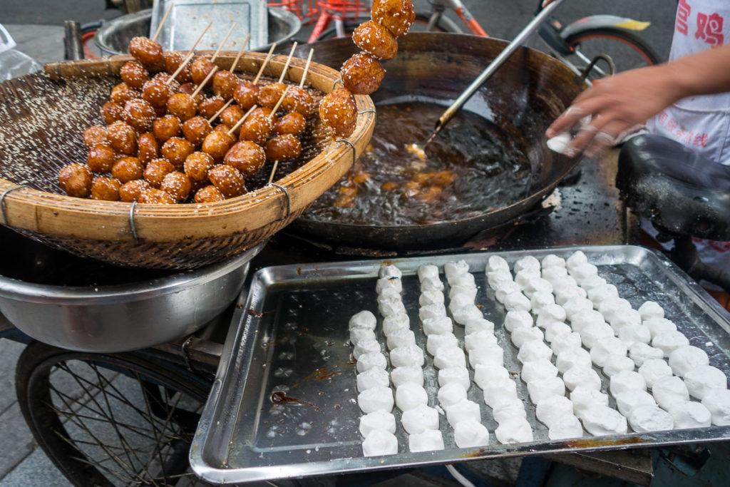 Leckerer Streetfood: Frittierte Reisbällchen mit Sesam