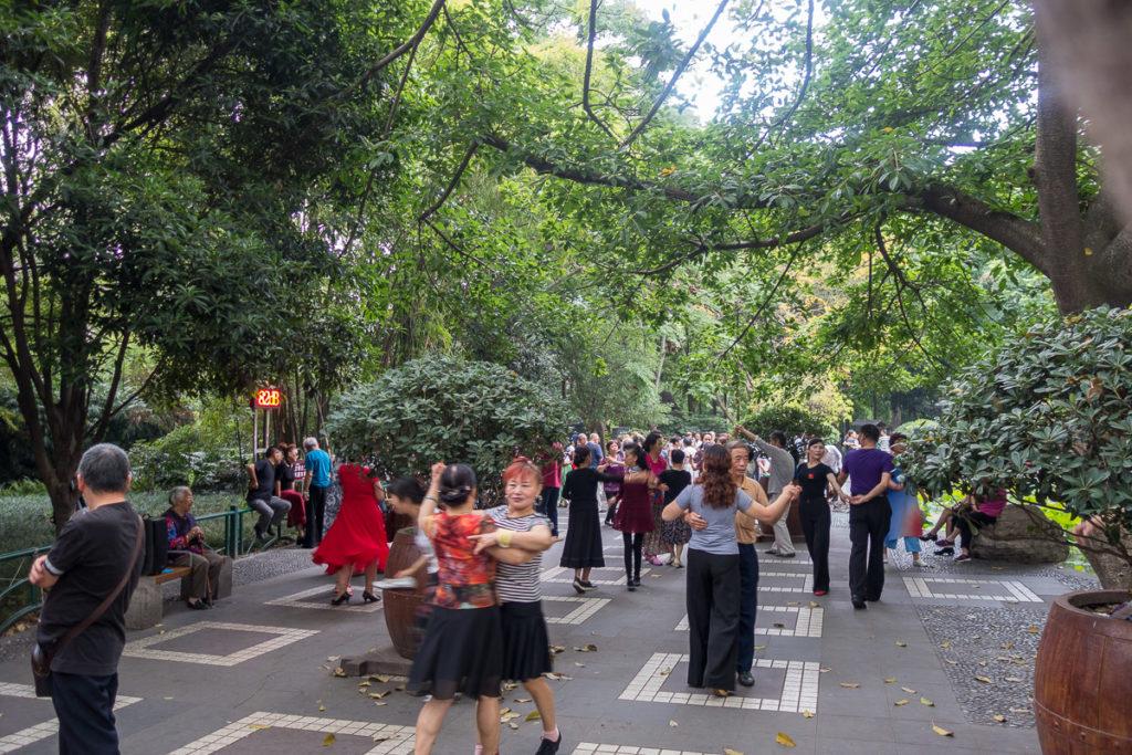 Parkbesucher beim tanzen im People's Park