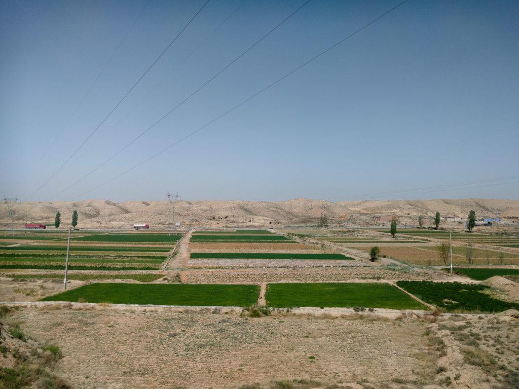 Karge Landschaft, nur ab und zu etwas Ackerbau