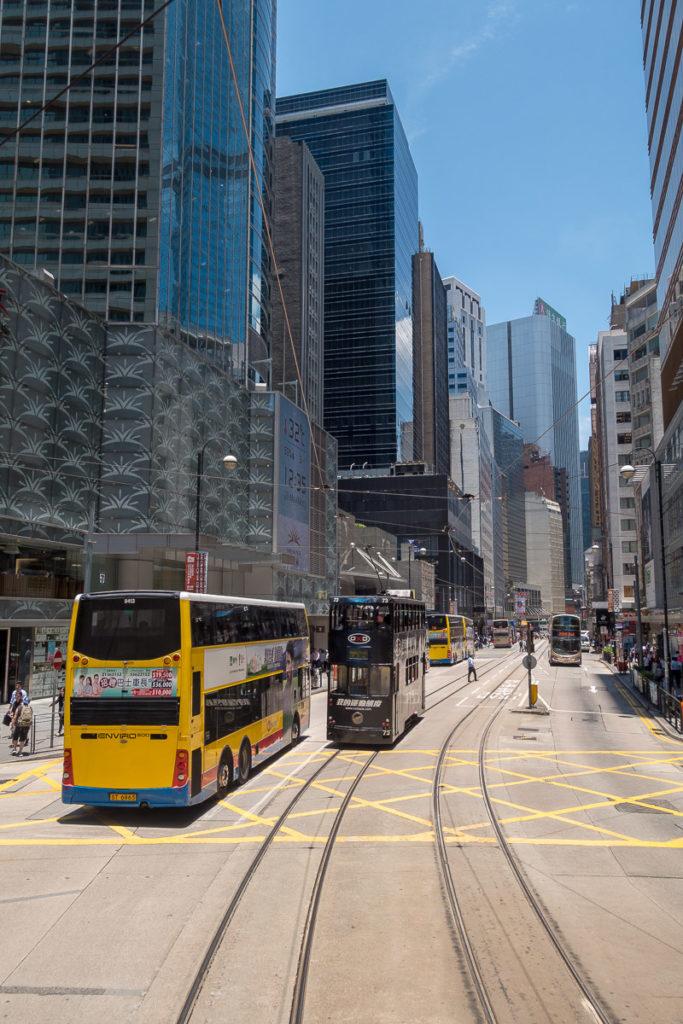 Strassenszene in Hong Kong, fotografiert aus einem Tram