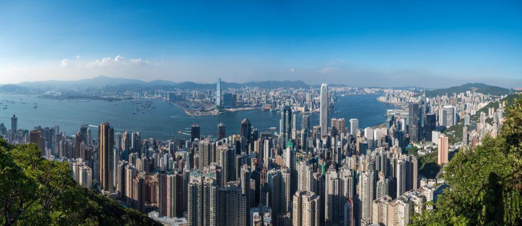 Panorama auf Hong Kong Island im Vordergrund und Kowloon im Hintergrund vom Victoria Peak
