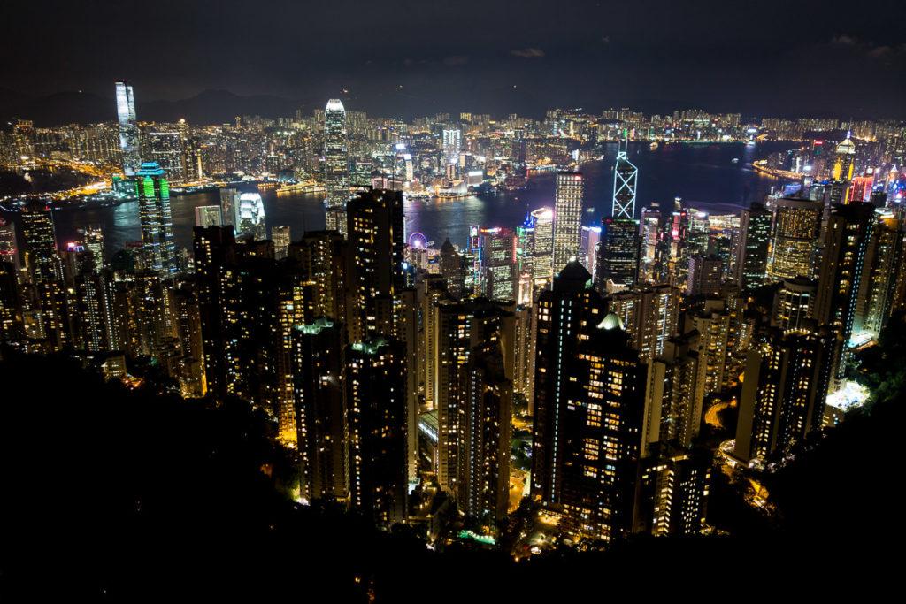 Hong Kong Island im Vordergrund und Kowloon im Hintergrund am Abend vom Victoria Peak