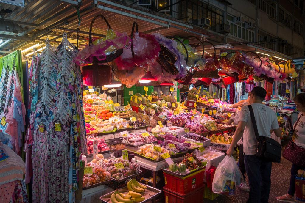 Szene auf dem Markt in Mong Kok am Abend