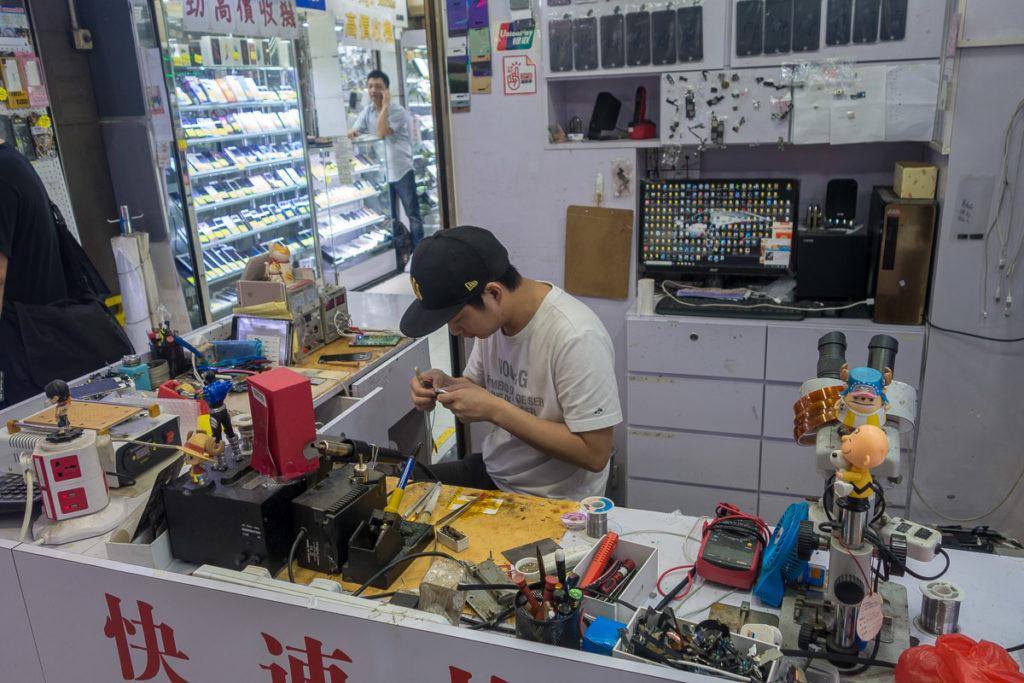 Elektronische Geräte werden in Hong Kong mit dem Lötkolben repariert!