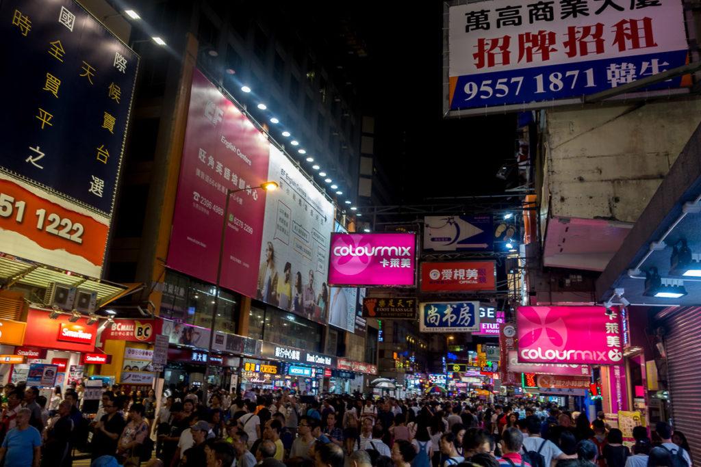 Strassenszene am Abend in Mong Kok in der Nähe von meinem Hostel