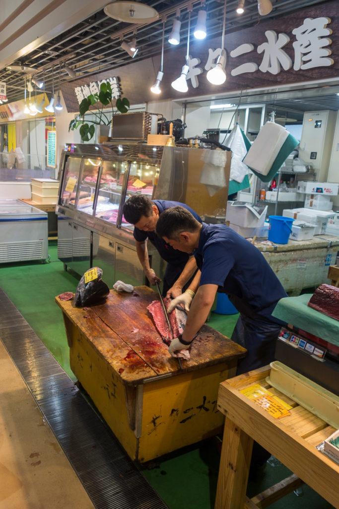 Grosse Fische werden zu zweit filetiert