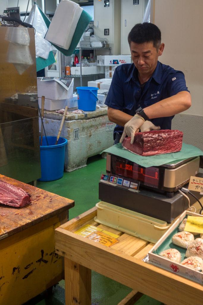 Fischhändler macht Thunfisch bereit zum Verkauf