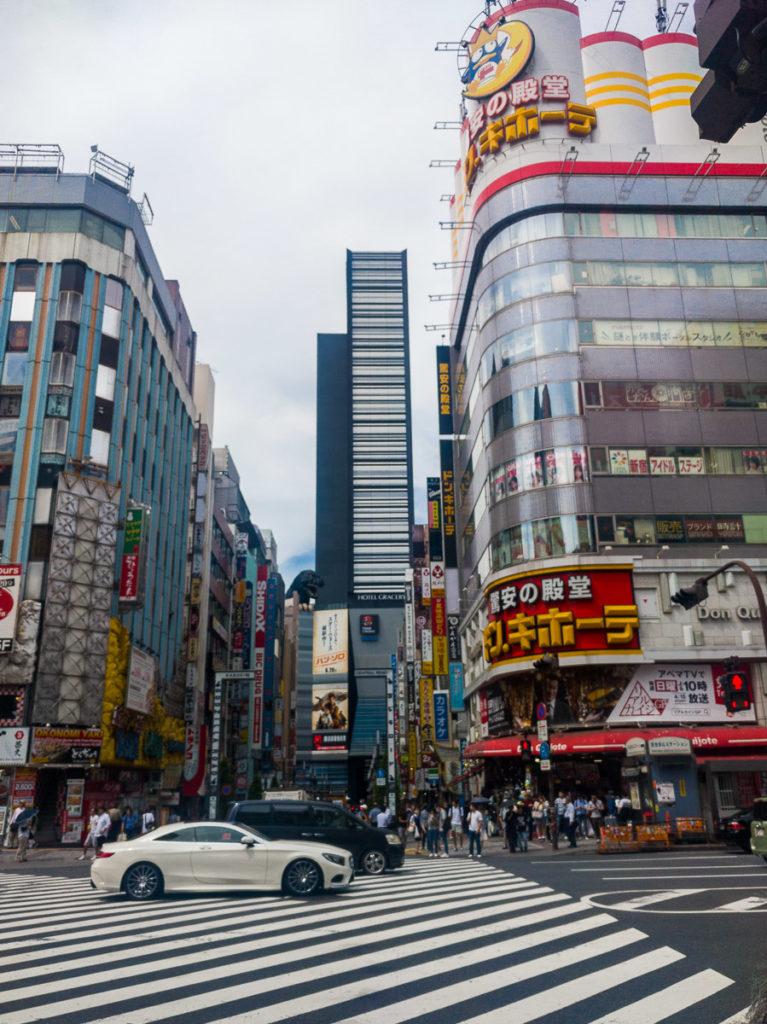 Strassenszene in Shinjuku mit den diagonalen Fusgängerstreifen