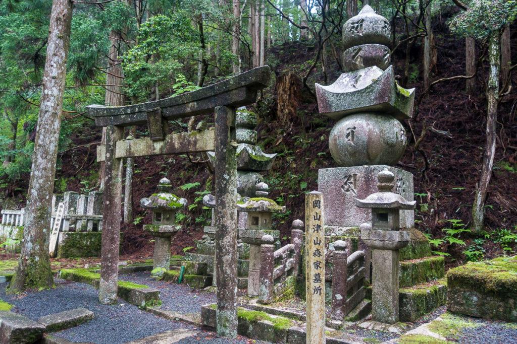Grab im Okunoin Friedhof - Mix von Buddhismus und Shintoismus
