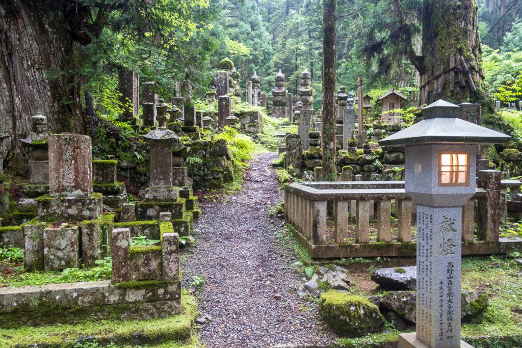 Pfad mit vielen Gräbern im Okunoin