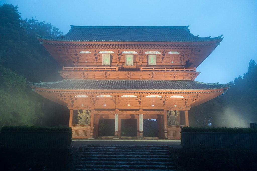 Daimon Gate - Eingang zu Koyasan - in der nebligen Abenddämmerung