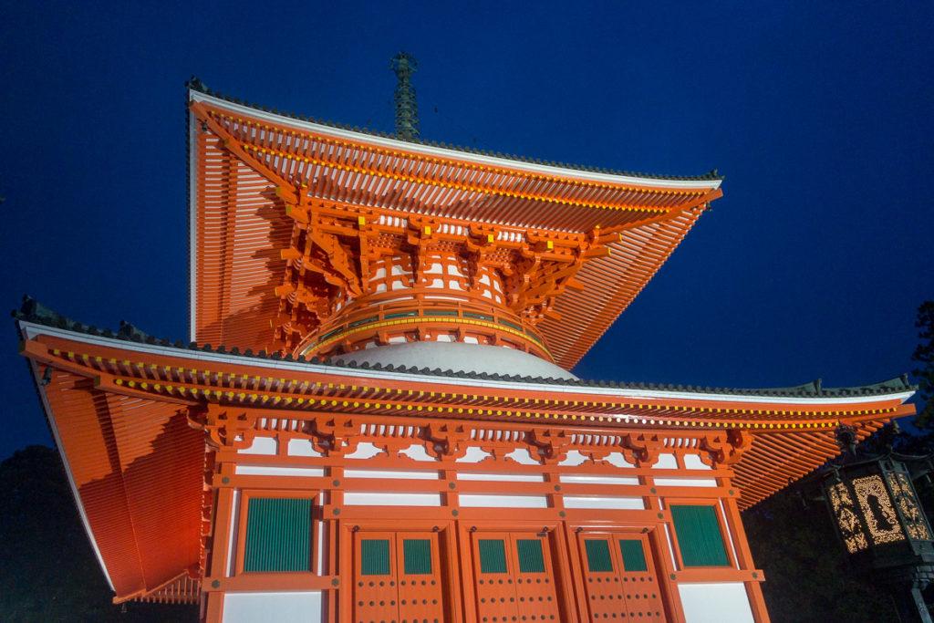 Konpon Daito Pagoda in der Nacht