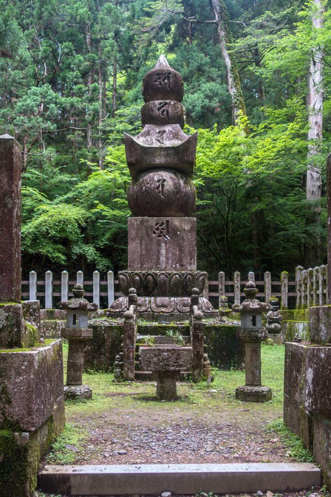 Gorintō oder 5 Ring Turm bei einem Grab
