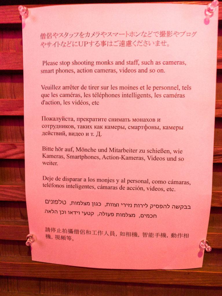 Im Tempel darf zu meinem Erstaunen keine Jagd auf Mönche oder Angestellte gemacht werden